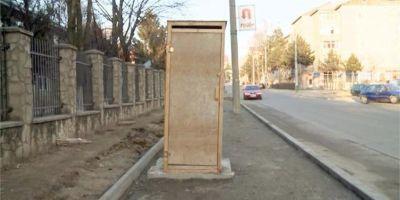 Un WC exact ca la tara a fost montat in mijlocul unui trotuar din centrul Sucevei, langa un liceu. Scurgerea este nimic altceva decat o gura de canal