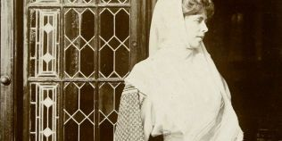 Regina Maria si legenda nestiuta a parfumului ei unic de violete indiene