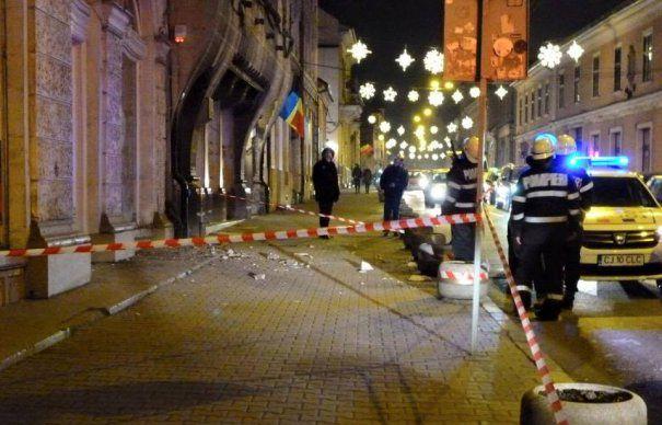 Cladirile din centrul Clujului cad, la propriu, in cap trecatorilor. Primaria Cluj Napoca refuza sa emita autorizatie in regim de urgenta