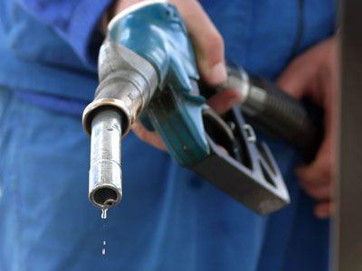 Situatie EXPLOZIVA! Franta a inceput sa utilizeze rezervele STRATEGICE de carburanti din cauza BLOCARII rafinariilor