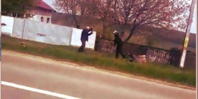 VIDEO Bataie ca in Evul Mediu in vazul tuturor. Cum s-au altoit cu parul, sapa si toporisca doi vecini din Flamanzi. S-au oprit abia cand au obosit