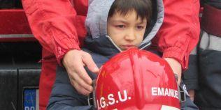 FOTO Surpriza pompierilor pentru Emanuel, baietelul din judetul Vaslui care si-a salvat surorile din foc