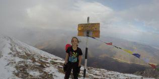 Un baiat de 12 ani se pregateste sa urce pe unul din cele mai inalte varfuri din lume
