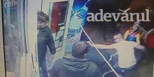 VIDEO Cinci barbati s-au batut pentru o femeie. Cel mai sifonat a iesit sotul