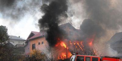 TRAGEDIE: Trei copii au ars de vii intr-o casa la Parava. Au incercat sa-i salveze pompierii din Adjud si un echipaj SMURD de la Sascut