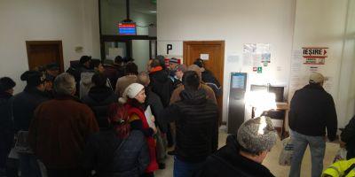 FOTO VIDEO Haos la Serviciul Public de Inmatriculare a Vehiculelor de la Targoviste. Zeci de oameni s-au asezat la cozi inca de la ora 4 dimineata