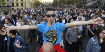 Mii de oameni au protestat la Budapesta fata de proiectul de lege care ar putea duce la inchiderea unei universitati infiintate de George Soros