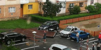 VIDEO Furtuna a facut prapad in Targu Jiu: cinci masini avariate, arbori smulsi din radacini si acoperis de bloc distrus