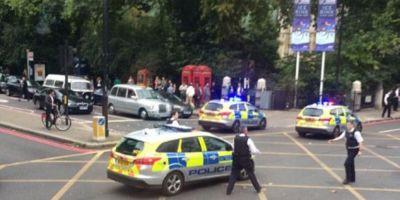 UPDATE Alerta la Londra. Mai multe persoane sunt ranite, dupa ce o masina a intrat pe trotuar. Un barbat a incercat sa-l opreasca pe sofer
