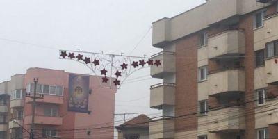 FOTO VIDEO Cum au fost rearanjate decoratiunile de Craciun din Filiasi care semanau cu niste chiloti uriasi