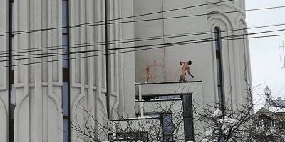 Un tanar gol pusca s-a urcat pe catedrala din Suceava, a amenintat cu sinuciderea si a desenat cruci pe cladire cu propriul sange