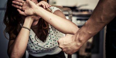 Sot obligat sa plateasca daune morale sotiei pe care a lovit-o cu pumnul. Cum au transat judecatorii un conflict conjugal